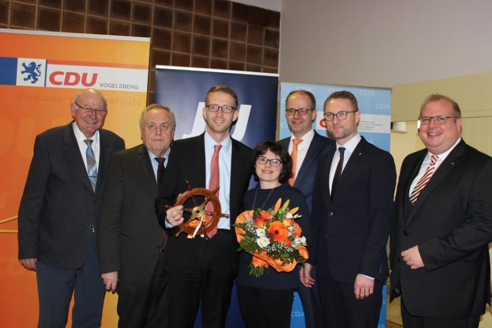 CDU-Landtagskandidat ist Michael Ruhl (3.v.l.) mit Ehefrau Judith. Es gratulieren (v.l.) Kurt Wieglel, Dr. Hans Heuser, Bundestagsabgeordneter Michael Brand, Dr. Mischak und Stephan Paule