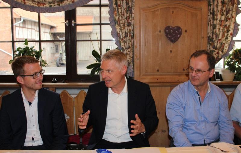 Schulpolitik im Vogelsberg im Mittelpunkt: CDU-Landtagskandidat Michael Ruhl, Staatssekretär Dr. Manuel Lösel und Kreisbeigeordneter Uwe Meyer informierten in Maar.