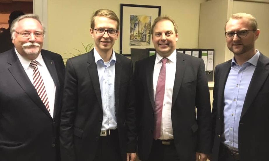 Es gratilieren Alexander Altstadt (2.v.r.) zum Wahlsieg: der scheidende Bürgermeister Hans-Jürgen Schäfer, der gewählte Landtagsabgeordnte Michael Ruhl und CDU-Kreisvorsitzender Dr. Jens Mischak (v.l.)