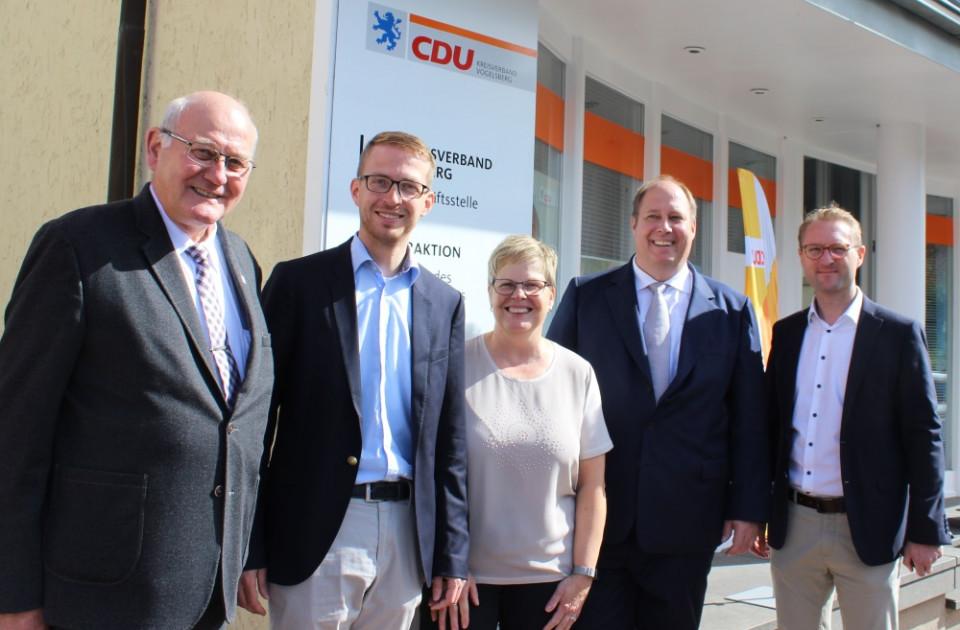 Erwarten spannende Entscheidung beim Bundesparteitag über CDU-Vorsitz: Die Delegierten Kurt Wiegel (links) und Dr. Jens Mischakl (rechts) sowie Neu-Landtagsabgeordneter Michael Ruhl (2.v.r.), CDU-Kreisgeschäftsführerin Iris Schmidt und Dr. Helge Braun MdB