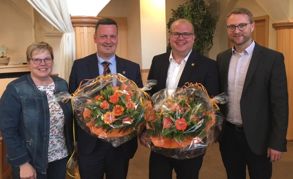 """Beifall und Blumen für die beiden wiedergewählten Bürgermeister Dietmar Krist (2.v.l.) und Stephan Paule (2.v.r.) im """"Johannesberg in Lauterbach von CDU-Kreisvorsitzendem Dr. Jens Mischak (rechts) und Kreisgeschäftsführerin Iris Schmidt."""