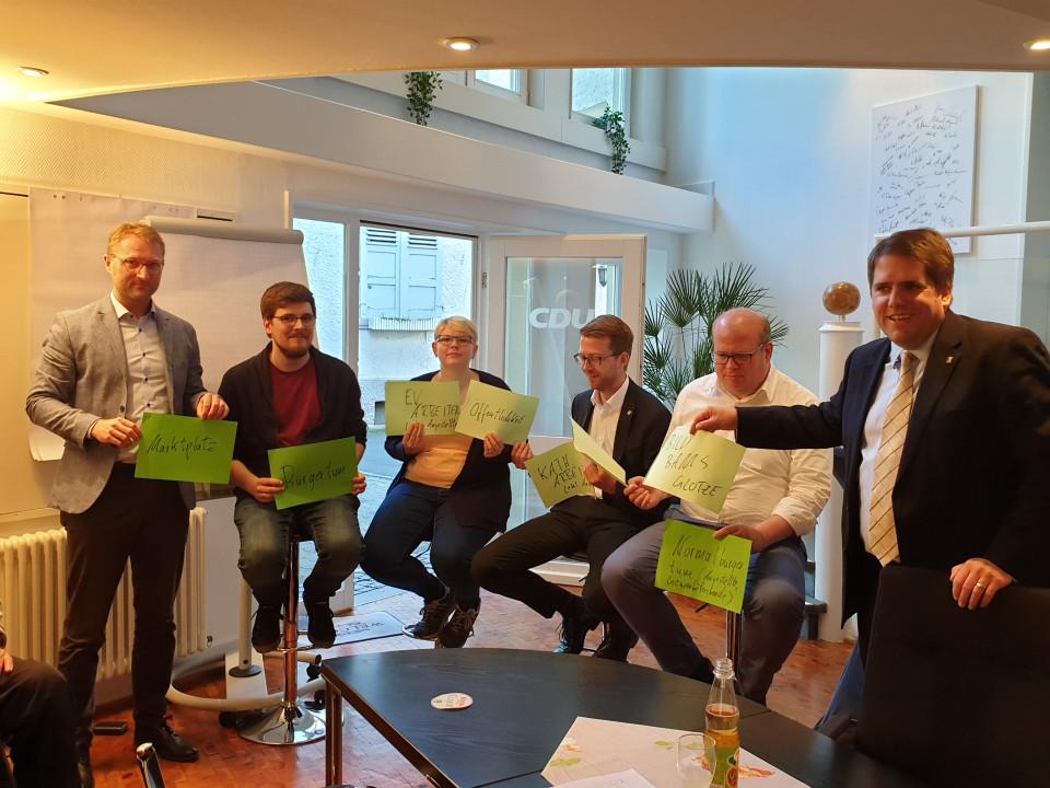Strukturierte Diskussion zum neuen Grundsatzprogramm bei der Vogelsberger CDU mit Mitgliedern unter Moderation von CDU-Kreisvorsitzendem Dr. Jens Mischak (links) und Referent Marian Zachow (rechts)
