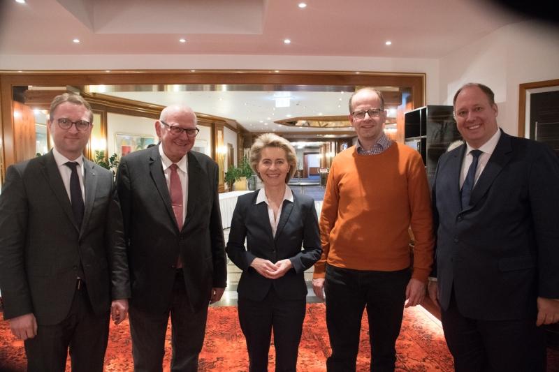 Vogelsberger CDU mit Kreisvorsitzendem Dr. Jens Mischak, Landesvorstandsmitglied Kurt Wiegel, Ursula von der Leyen sowie den beiden Vogelsberger Bundestagsabgeordneten Michael Brand und Dr. Helge Braun im Januar 2017 in Künzell.