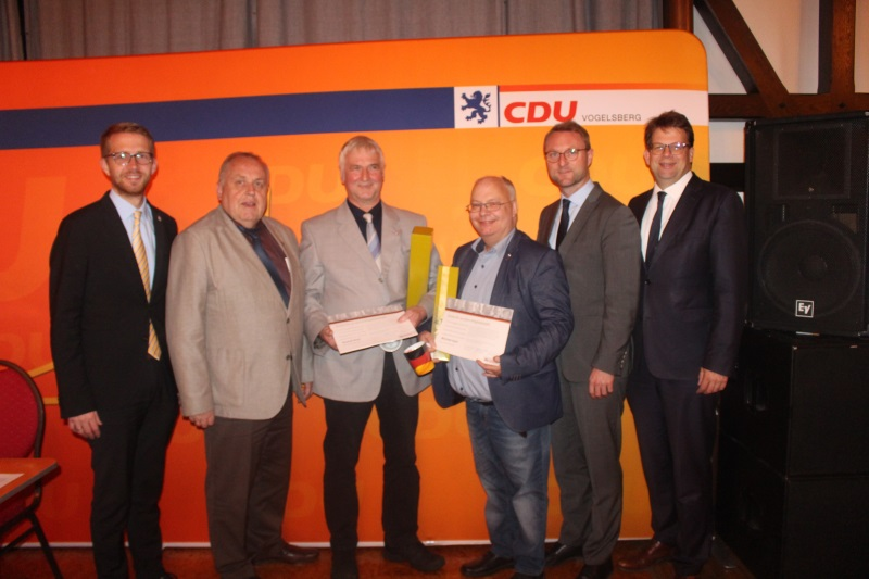 Ehrung für 40 Jahre Mitgliedschaft bei der Vogelsberger CDU für Rudolf Wolf (3.v.l.) und Michael Apel (3.v.r.) durch Michael Ruhl, Hans Heuser, Jens Mischak und Oberbürgermeister Heiko Wingenfeld (von links)