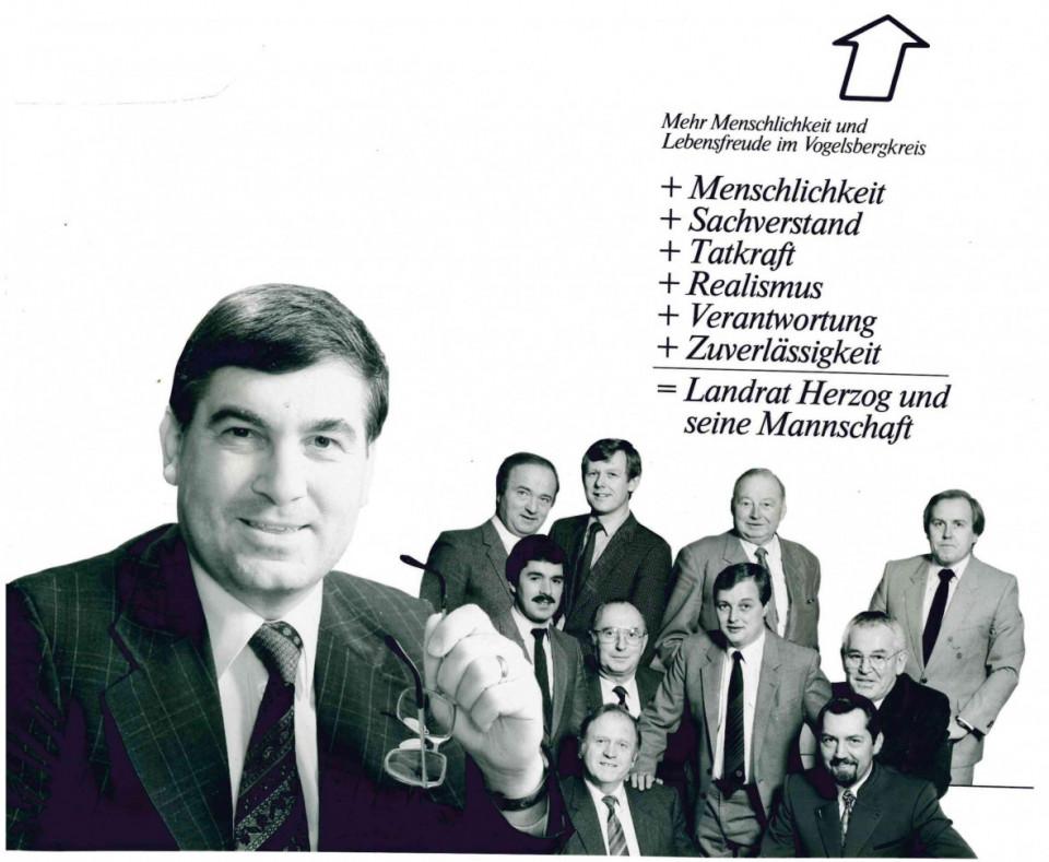 Der damalige Landrat Gerulf Herzog (links) und hinten rechts der damals jüngste Kreistagsabgeordnete Hans Heuser. Archivfoto CDU Vogelsberg aus der Wahlbroschüre 1985.