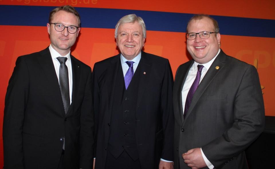 Gratulieren Ministerpräsident Volker Bouffier (Mitte) zum Amtsjubiläum: CDU-Kreisvorsitzender Dr. Jens Mischak und Kreistagsfraktionschef Stephan Paule (von links)