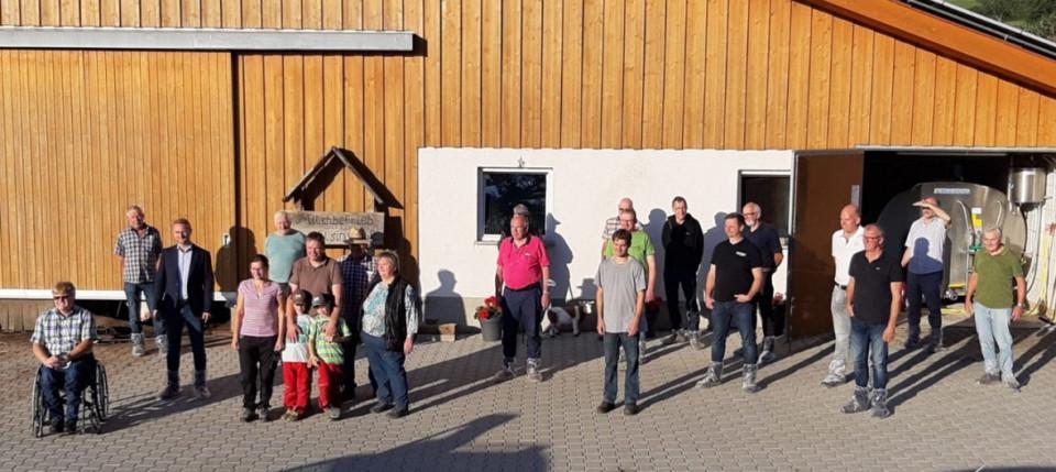 Aufstellung zum Gruppenbild mit Abstand:   CDU-Vorsitzender Harald Bönsel (1. von links), Vize-Landrat Dr. Jens Mischak (3. von links), Familie Patrick Fölsing.