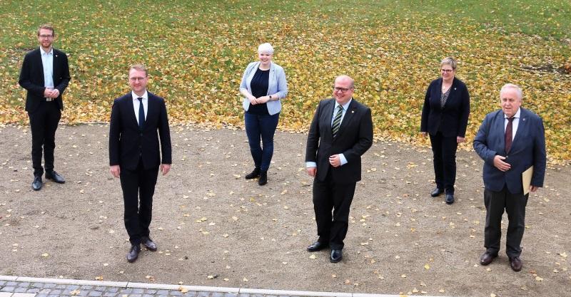 Will wieder stärkste Kraft im Vogelsbergkreis werden: Die CDU mit ihrem Spitzenkandidaten Dr. Jens Mischak (2.v.l.), Landtagsabgeordnetem Michael Ruhl (l.) und Fraktionschef Stephan Paule (3.v.r.).